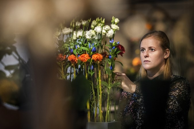Corona verzekert afgestudeerde bloemschikkers van baan: 'Meer mensen steken elkaar een hart onder de riem met een bloemetje'