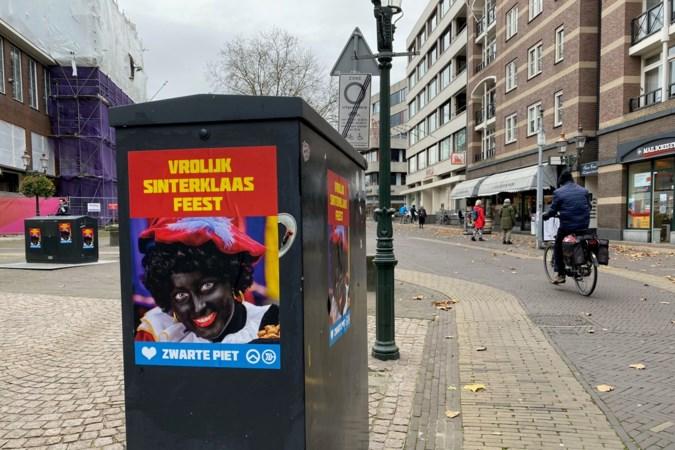 Venlo afgelopen nacht volgehangen met posters voor Zwarte Piet