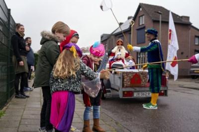 Sint en pieten trekken coronaproof door Oirsbeek: 'met afstand de beste pepernoten'