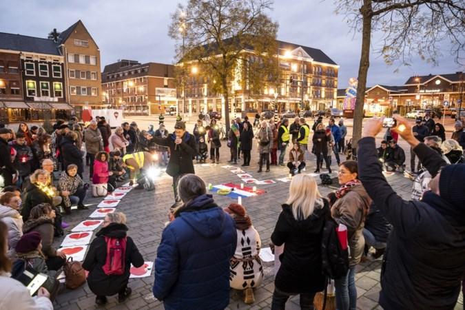 Tientallen demonstranten verzamelen op Stationsplein in Roermond voor manifestatie tegen coronamaatregelen