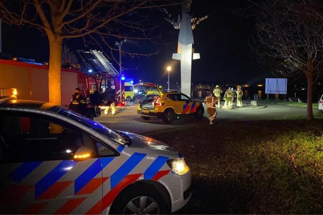 Automobilist ernstig gewond na aanrijding tegen standbeeld
