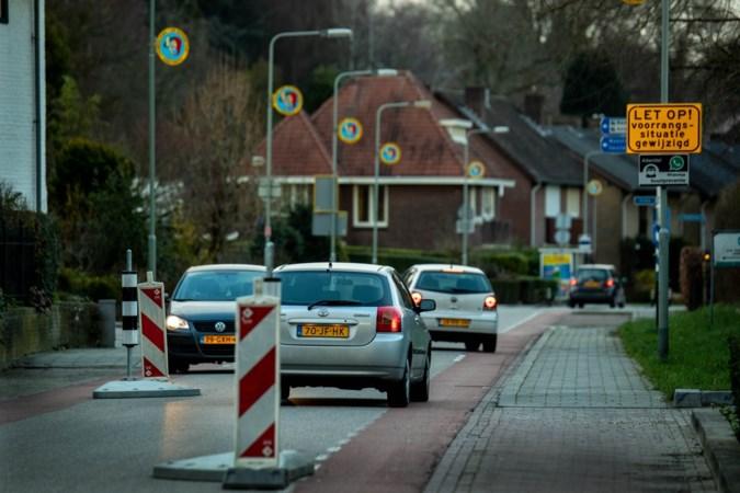 Tijdelijke lapmiddelen voor Catharinastraat in Ulestraten nu de plannen om de drukke staat aan te pakken vertraagd zijn