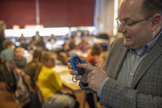 Dankzij klein apparaatje kan de dokter, leraar of ambtenaar in Simpelveld en Bocholtz in 155 talen communiceren