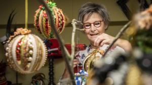 Mieke Nillesen van carnavalswinkel 't Kallebeske in Reuver maakt luxe kerstballen als alternatief
