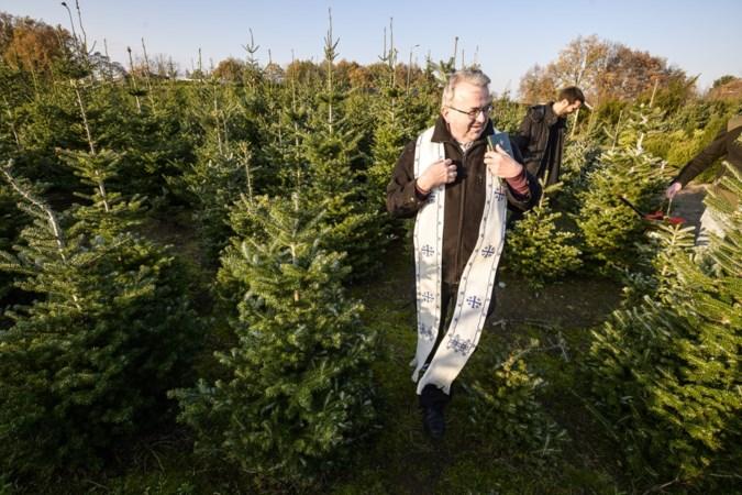 Bisschop Harrie Smeets zegent kerstbomen bij Roermondse kweker