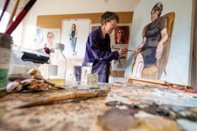 Geleense portretschilder doet mee aan 'Sterren op het Doek' en herkent door de zenuwen niet welke BN'er er voor haar staat