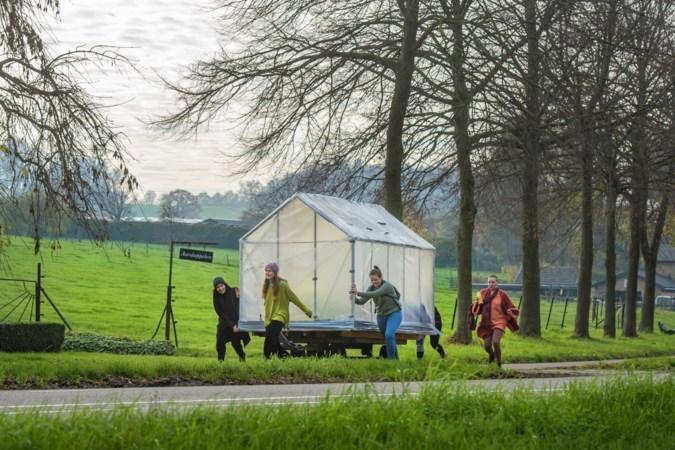 Kunstenares Darcy (29) uit Valkenburg op bedevaart met wandelende moestuin