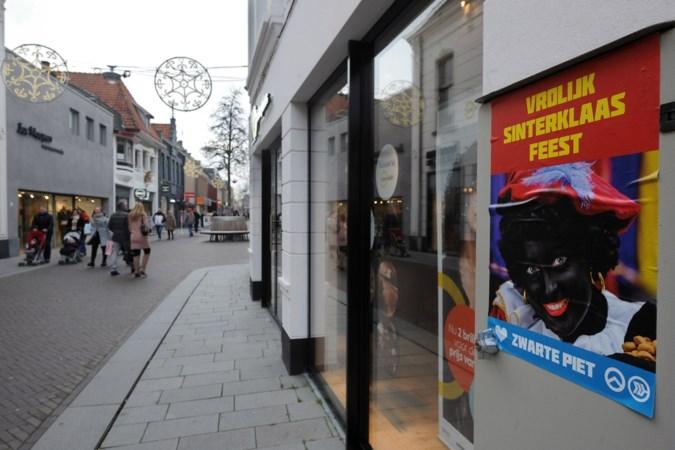 Voorstanders van Zwarte Piet plakken posters in centrum Venray