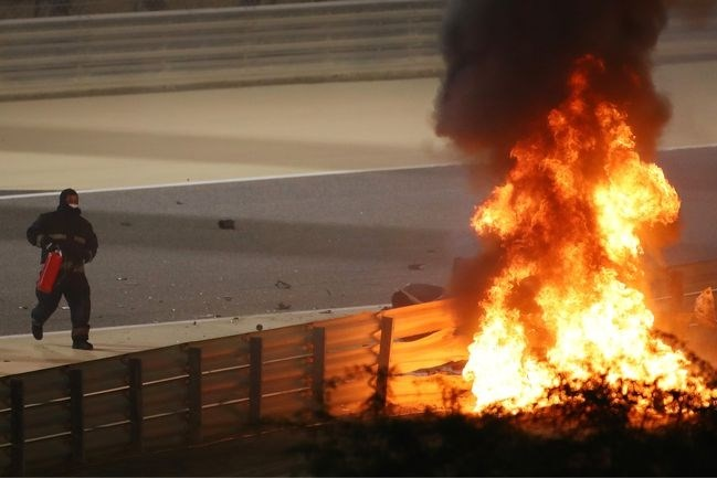 Grosjean overleeft horrorcrash in Bahrein; Verstappen tweede achter Hamilton