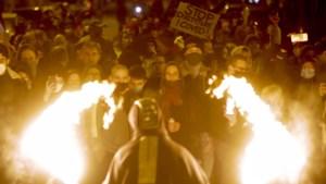 Betogers tegen avondklok op brug in Luik omsingeld door Belgische politie