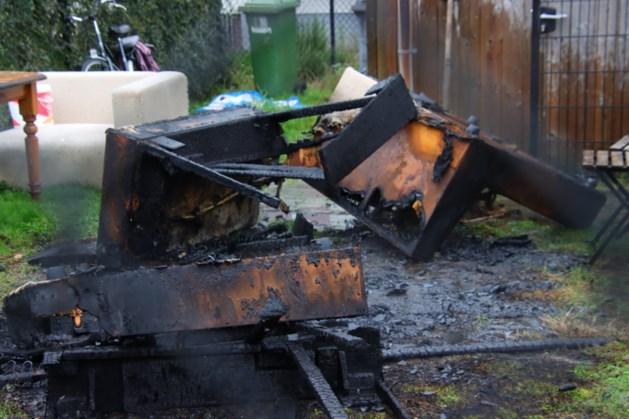 Bankstel in achtertuin Tegelen vliegt in brand