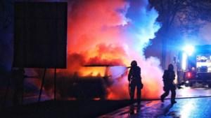 Video: Busje vliegt tijdens het rijden in brand in Maria Hoop
