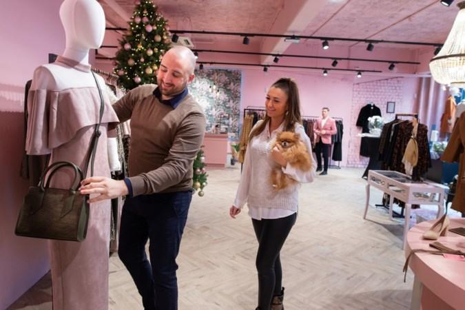 Broer opent jurkenspeciaalzaak pal naast kledingzaak van zus: 'Ik kan veel van haar leren'