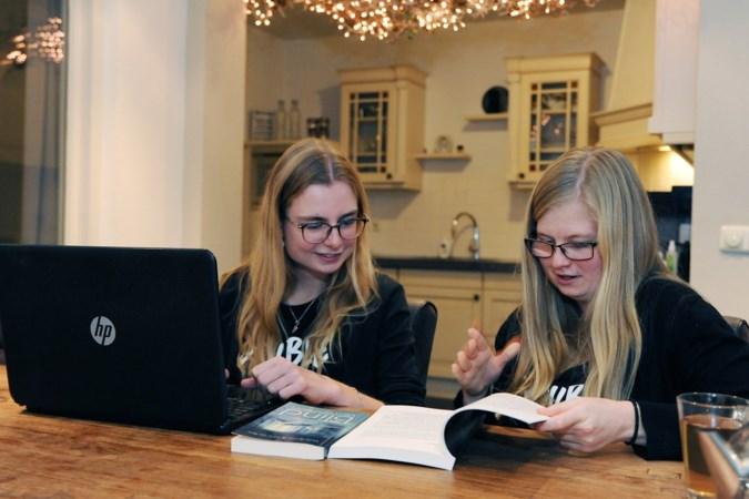 Lotte (23) en Laura (24) uit Meterik schrijven samen boeken, voor de afleiding maar vooral voor de gezelligheid