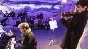 Leerlingen IKC Laar luisteren naar De Olifant op een 'XL-viool'