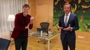Video: Coronaminister Hugo de Jonge zingt 'Nao 't zuuje' met Lex Uiting