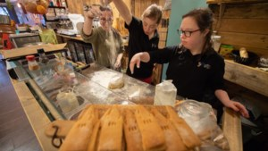 Pop-up-store vol lekkernijen, kunst en kerstartikelen om laatste ton voor Sittardse kerktoren in te zamelen