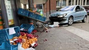 Auto rijdt stoep op bij winkel in Maastricht, voetganger raakt gewond