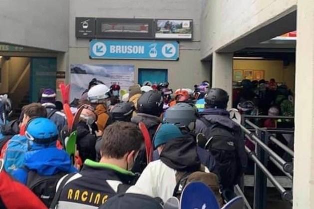 Wintersporters lappen coronaregels aan hun laars: lange rijen met op elkaar gepropte mensen
