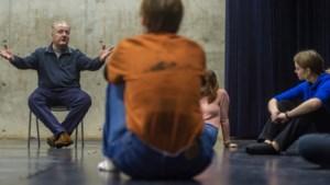 Docent Aram Adriaanse stopt na 21 jaar bij Toneelacademie Maastricht: 'Afscheid maakt je bewuster van wat je hebt'
