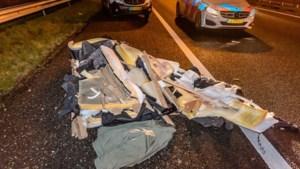 Drie auto's botsen tegen verloren bankstel midden op de snelweg