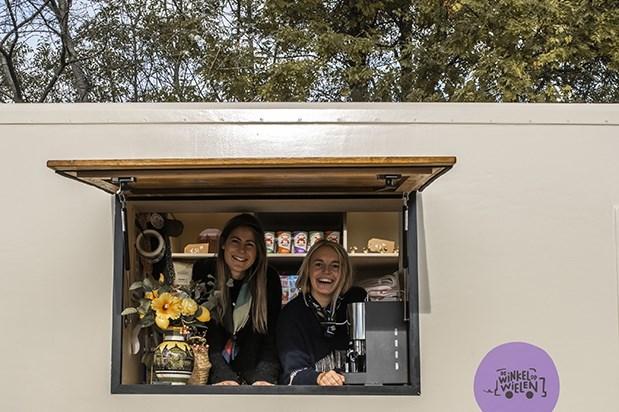 Meike en Lotte beginnen een rijdende winkel: een soort SRV-wagen met boeken, kaarsen en zalfjes aan huis