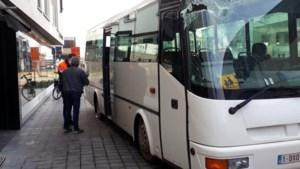 Schoolbus botst eerst tegen dubbeldekker en daarna tegen schoenenwinkel in Maasmechelen: kinderen ongedeerd