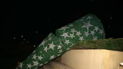 Vandalen duwen tonnen wegende kerstboom op Brunssums Lindeplein omver: camerabeelden gedeeld door gemeente