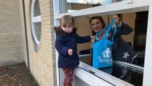 Alle leerlingen van Basisschool De Schakel in Kerkrade ontvangen een vakantietas