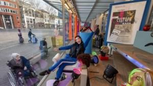 Met een extravagante peepshow brengt Voerendaalse Simone Schuffelen een ode aan het jubilerende Cultura Nova in Heerlen