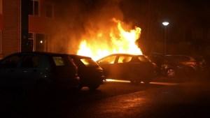 Video: Twee auto's in brand in Weert