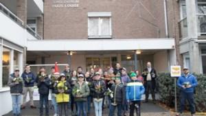 Scouts van Scouting Vincentius Rumpen maken kerststukjes voor ouderen