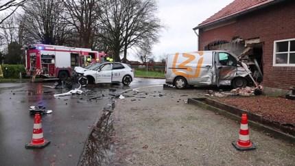 Enorme ravage: busje rijdt na aanrijding schuur binnen in Roggel