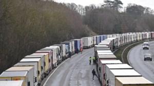 Engelsen zetten extra militairen in voor coronatests bij gestrande truckers