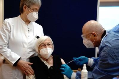 Europa start vaccinaties, 90-plussers krijgen primeur: 'Deze datum zal ons altijd bijblijven'