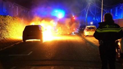 Auto brandt volledig uit in Weert, mogelijk brandstichting