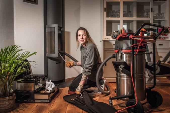 Sanne uit Maasbree is schoorsteenveger: 'De meeste mensen kunnen niet stoken'
