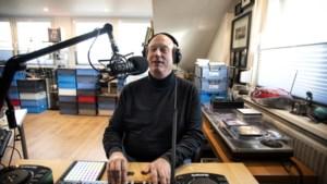 Vanuit de studio verbindt Roger Schepers zijn collega's van de gemeente Heerlen in tijden van thuiswerken en lockdown