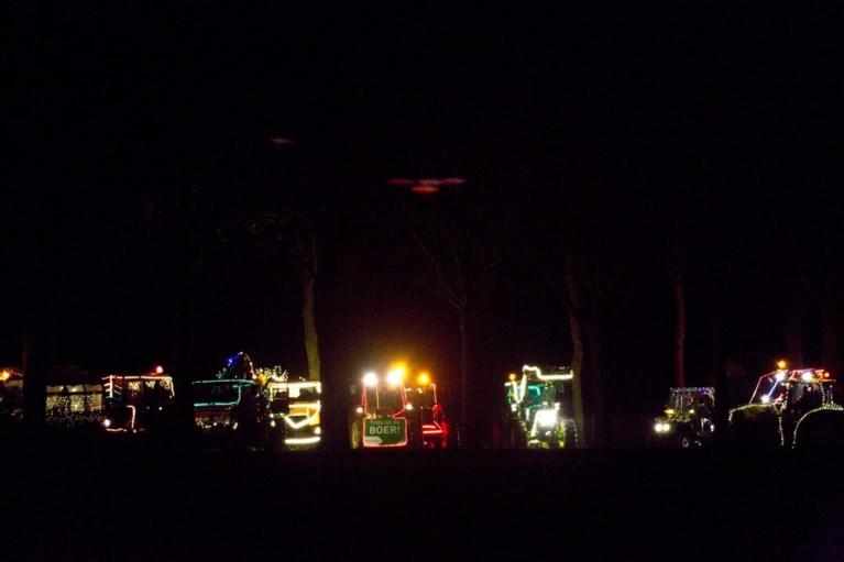 Verlichte tractorstoet trekt toeterend door de straten van Midden-Limburg