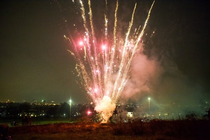 Vuurwerkverbod of niet, Zuid-Limburg verjaagt het coronarampjaar met harde knallen en flitsend vuurwerk