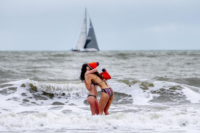 Nederlanders kúnnen niet zonder de nieuwjaarsduik: 'Dit jaar gezellig in ons meertje'