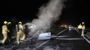 Rijdende auto vliegt in brand op de A2