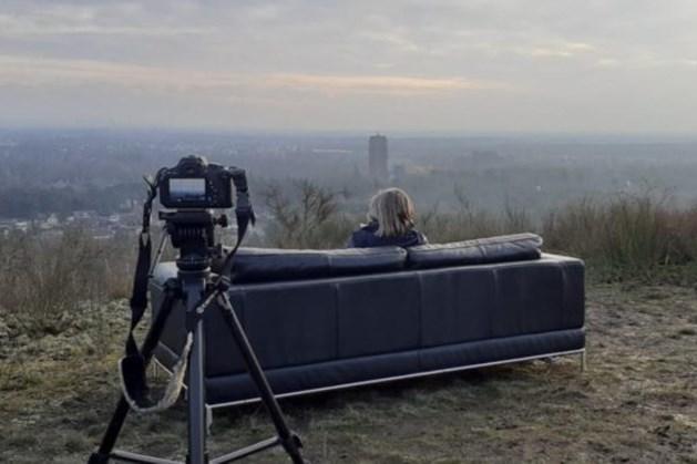 Belg zet voor fotografieproject bankstel neer op mijnsteenberg in Maasmechelen