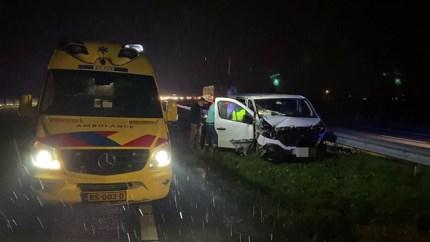 Busje en tankwagen botsen tegen elkaar op A73: één gewonde