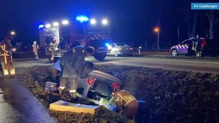 Auto belandt op de kop in sloot: bestuurder naar ziekenhuis