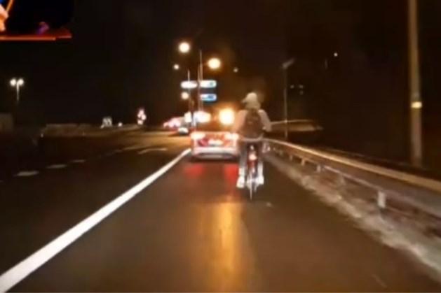 Fietser gebruikt snelweg bij Geleen als fietspad: politie grijpt in