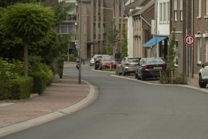 Automobilisten over de stoep en parkeren buiten de vakken: nog steeds hinder in opgeknapte straat in Elsloo