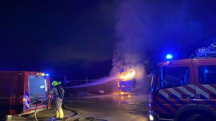 Video: Geparkeerde vrachtwagen vliegt in brand op industrieterrein in Swalmen
