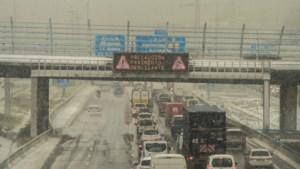 Spaanse leger rukt uit voor ingesneeuwde mensen rond Madrid