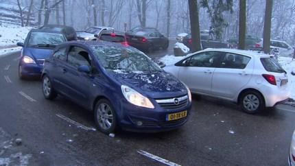 Winterse idylle leidt hele weekend tot verkeerschaos: 'Als er parkeerplaatsen vrij komen, laten we weer een paar auto's door'